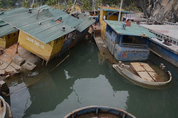 Dàn tàu ma đang gây mất mĩ quan và ô nhiễm di sản thiên nhiên thế giới vịnh Hạ Long.