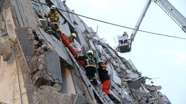 Chưa rõ còn bao nhiêu người còn bị mắc kẹt bên trong nhà sập - Ảnh: Reuters