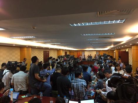 19 giờ 25 phút mà cuộc họp báo vẫn chưa bắt đầu. Đông đảo phóng viên đã tập trung vào phòng họp