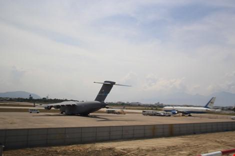 Hai chiếc C17 và C-32 được đậu tại sân bay quốc tế Đà Nẵng để sẵn sàng phục vụ Tổng thống Obama khi cần thiết. Ảnh: LÊ PHI