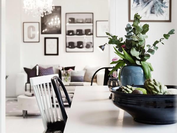 Bàn ăn ấn tượng với tông màu đen trắng đối lập, đơn giản mà hiện đại.