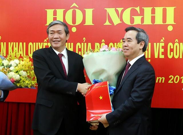 Thường trực Ban Bí thư Đinh Thế Huynh chúc mừng đồng chí Nguyễn Văn Bình nhận nhiệm vụ mới.
