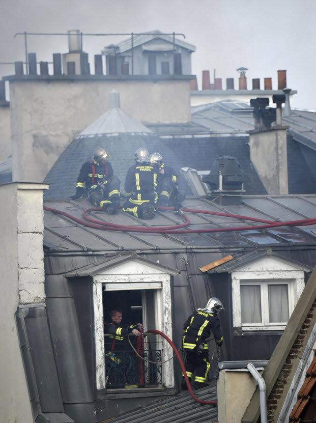 Nhiều lính chữa cháy đã bị thương khi làm nhiệm vụ - Ảnh: Getty Images