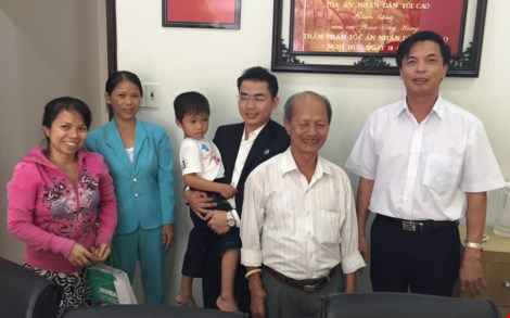 Người nhà bị cáo Minh chụp hình với LS Phạm Công Hùng (phải) và LS Phạm Hoài Nam (giữa) (ảnh: T.TÙNG)