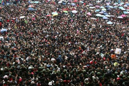 Hơn 100.000 người mệt mỏi chờ đợi ở nhà ga Quảng Châu. Ảnh: TÂN HOA XÃ