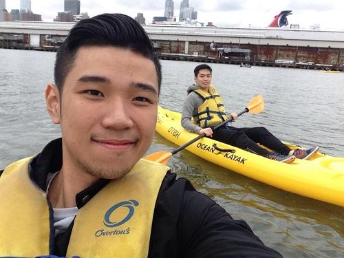Đỗ Hoàng Việt đi chèo thuyền trên sông New York cùng bạn thân