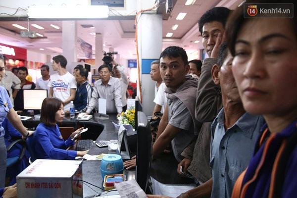 Nhiều hành khách tỏ ra mệt mỏi và bức xúc vì thủ tục đổi trả vé rất lâu, trong khi đó số lượng người đổi vé khá đông.
