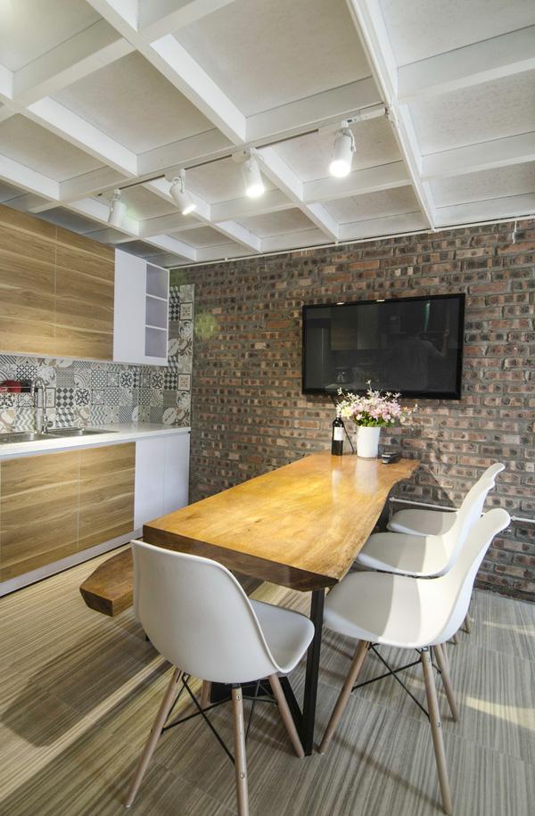 Không gian bếp ăn rất gọn gàng và vô cùng độc đáo với chiếc bàn ăn làm từ thân gỗ.