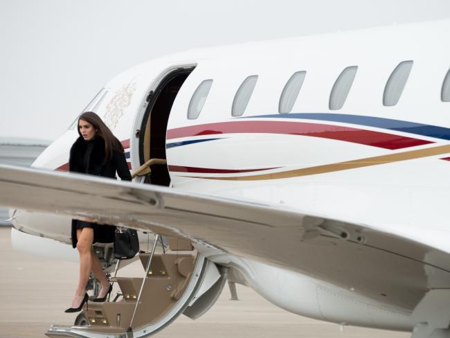 Hope Hicks bước xuống từ chiếc máy bay cá nhân của tỷ phú Trump. Ảnh: AP