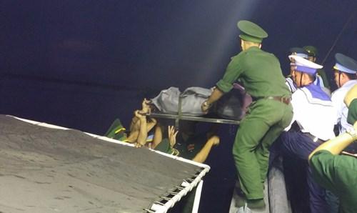 5 giờ 15 thi hài phi công Trần Quang Khải được cano cứu hộ đưa vào cập cảng Hải đội 2.
