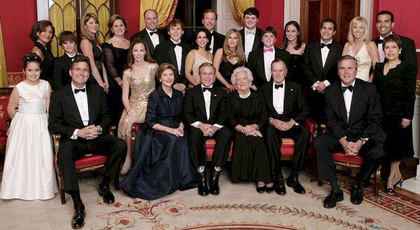 Cả gia tộc Bush chụp hình tại Phòng đỏ ở Nhà trắng vào ngày 06/01/2005.