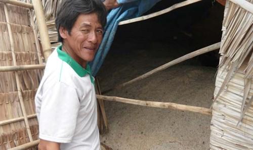 Ông Dương Văn Tràng, ấp Cồn Cù, xã Dân Thành, Duyên Hải (Trà Vinh) lo lắng vì muối bị đen bán không được phải đưa vào dựa chờ thương lái.