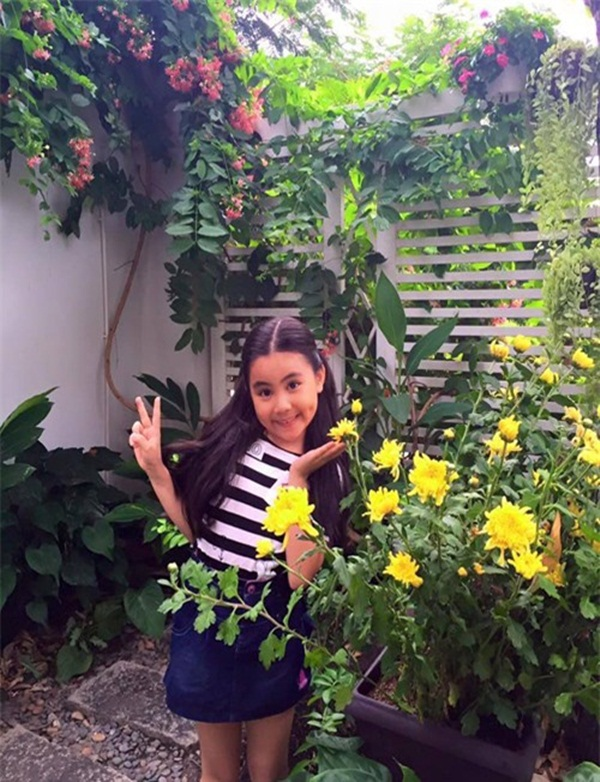 Một góc nhỏ rực rỡ sắc hoa trong khu vườn nhà.
