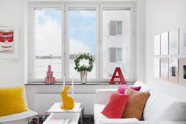 Gia chủ đã khá khéo léo khi lựa chọn ô cửa kính để gom góptất cả nắng và gió, mang cả bầu trời vào căn hộ nhỏ của mình.
