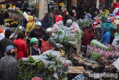 Thị trường hoa ly năm nay vẫn rất nhộn nhịp do ly lạnh (hoa được người dân cắt sớm, bảo quản lạnh) và hoa ly Đà Lạt đổ về Thủ đô rất nhiều.