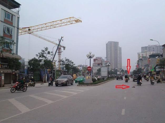 Chướng ngại vật được cho là của dự án Mandarin Garden 2 bẫy người đi đường (ảnh Trần Dũng)