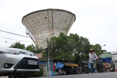 Thủy đài bỏ hoang trên đường Nguyễn Văn Đậu, quận Bình Thạnh. Ảnh: HOÀNG GIANG