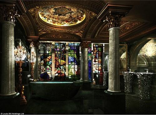 Phòng tắm phong cách Roman được bao quanh bởi kính màu cầu kì.