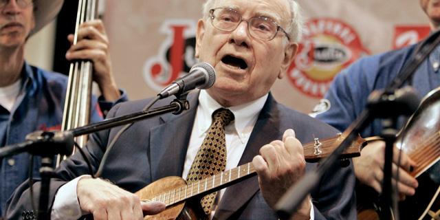 Warren Buffett trong một buổi biểu diễn từ thiện.