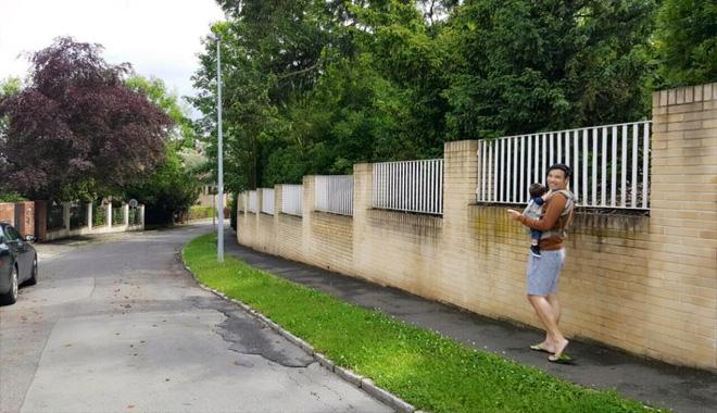 Lối vào căn biệt thự nhà Thu Minh tại Séc. Trong hình, người em thân thiết của Thu Minh đang bế con trai cô dạo chơi.