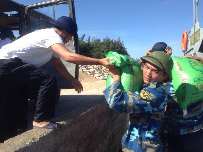 Các chiến sĩ tiếp nhận lương thực thực phẩm tiếp tế cứu hộ cứu nạn - Ảnh: Doãn Hòa