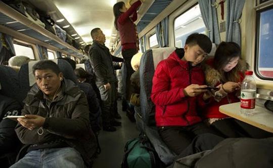 Mọi người trên chuyến tàu chạy tuyến Bắc Kinh-Thượng Hải Ảnh: AP