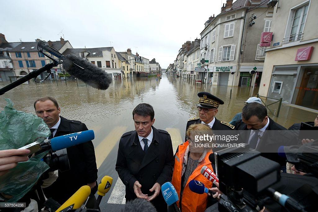 Thủ tướng Pháp Manuel Valls trả lời phỏng vấn báo chí về chuyến thị sát tại vùng lũ lụt. Ảnh: Lionel Bonaventure / AFP