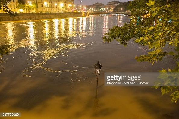 Paris mùa lũ khi thành phố lên đèn. Nước dâng cao lại khiến thành phố trông càng lung linh huyền ảo. Stephane Cardinale / Corbis News