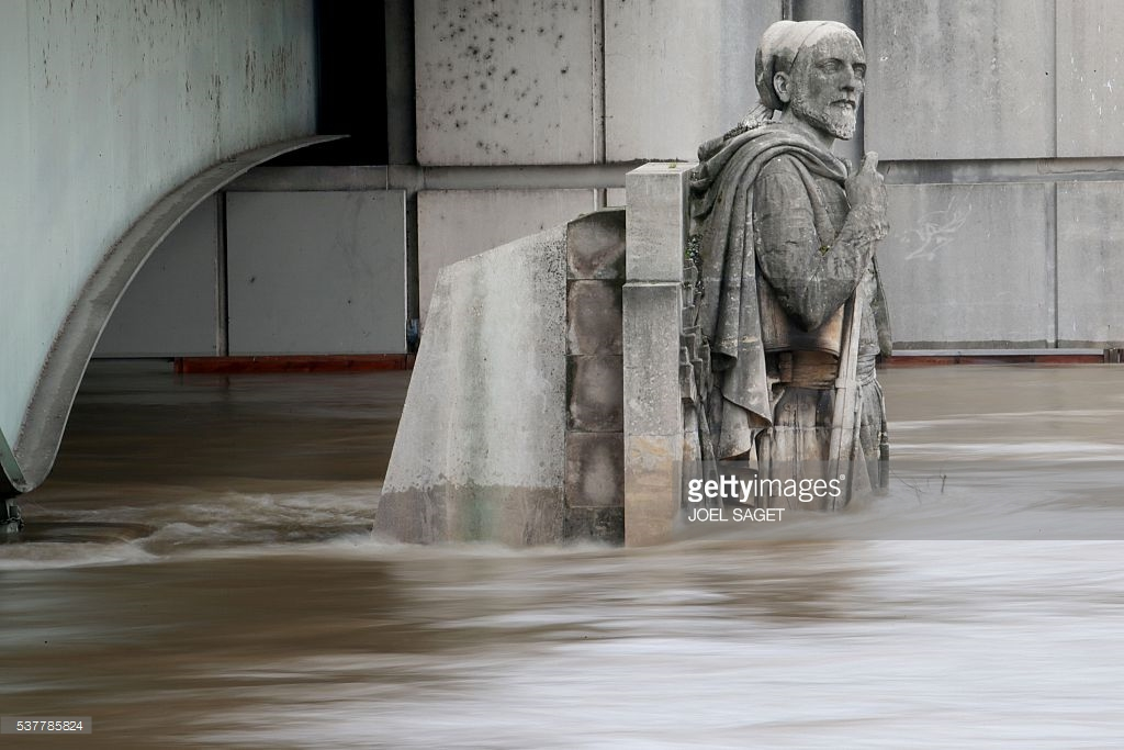 Nước dâng Nước dâng ngập chân bức tượng Zouave trên trụ cầu bắc qua sông Seine. Ảnh: Joel Saget/ AFP