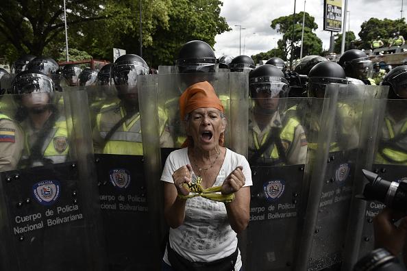 Người dân hô vang khẩu hiệu chúng tôi đói trong cuộc tuần hành chống chính phủ ở thủ đô Caracas, Venezuela. Ảnh: Getty