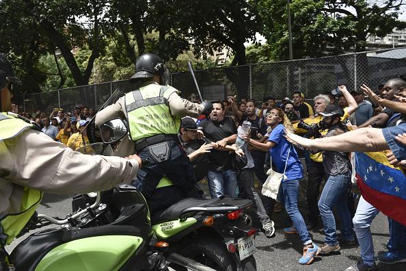 Cảnh sát sử dụng vũ lực với người biểu tình. Ảnh: Getty