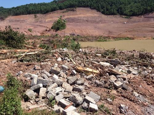 Công trình nhà ở và khu chăn nuôi của hộ nhà ông Lương Văn Nam và Lương Văn Vân bị phá nát, tan tành trong khi gia đình không nhận được bất cứ quyết định cưỡng chế nào khi phá dỡ.