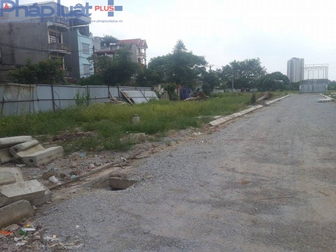 Hiện tại, khu đất dự kiến sẽ xây dựng những căn hộ NƠXH vẫn chỉ là bãi đất hoang, cỏ mọc um tùm.
