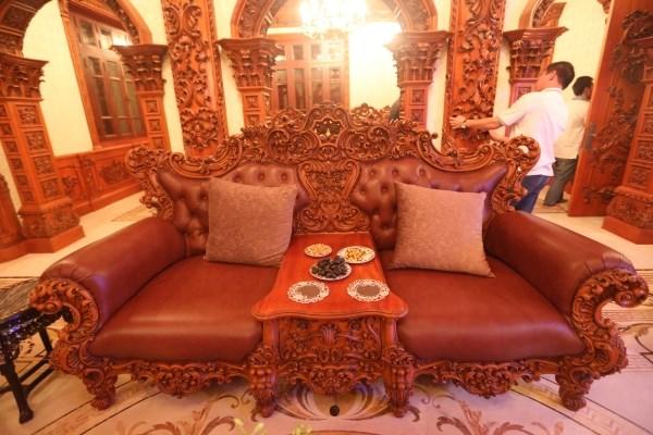 Bàn ghế sang trọng bằng gỗ nguyên khối quý.