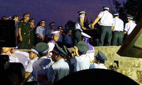 Lực lượng Phòng không không quân, Biên phòng, Hải quân … đón thi hài phi công Trần Quang Khải từ cano cứu hộ lên bờ.