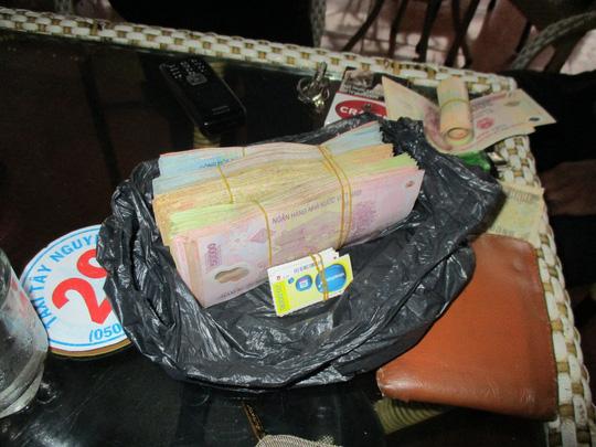 Các đối tượng kẹp tiền giả cùng tiền thật để dễ tiêu thụ Ảnh: Công an cung cấp