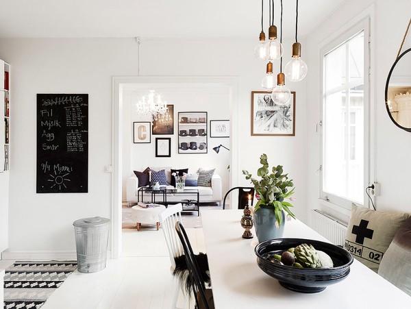 Bảng đen nhỏ không chỉ thực hiện chức năng như một bảng nhắc nhở mà còn tạo điểm nhấn cho bức tường thêm ấn tượng.