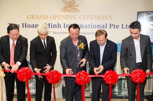 Ca sỹ Seungri tham dự Lễ khai trương văn phòng đại diện của Tập đoàn tại Singapore cùng Chủ tịch Tập đoàn Tân Hoàng Minh và Denis Do