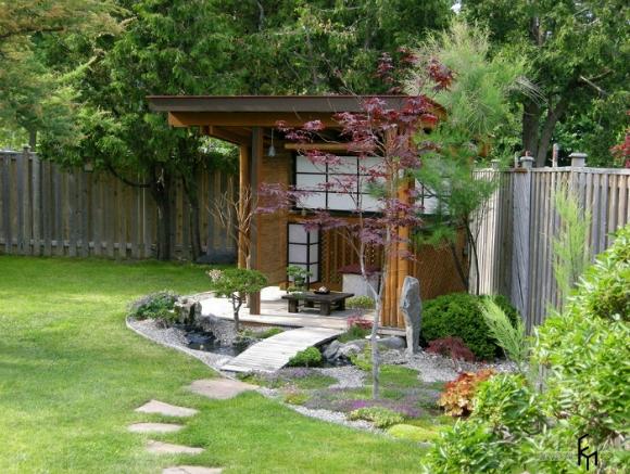 Gỗ trong phong cách phương Đông không chỉ làm đẹp mà còn bảo vệ từ mặt trời hoặc một cơn mưa mùa hè.