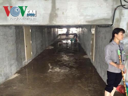 Nhân viên lau dọn, vệ sinh khu vực nước bị tràn