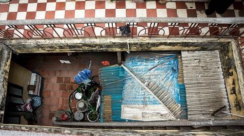 Toàn các căn hộ trong ngõ xưa kia và cả cửa hàng nhỏ đang buôn bán ở mặt đường số 53 Hàng Nón vốn là của gia đình nhà ông Tài. Nhưng theo thời gian, nhiều căn hộ đã được sang tên cho chủ mới và 3 anh em nhà ông Tài vẫn cùng nhau sinh sống trong con ngõ nhỏ hẹp này.