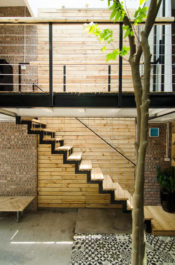 Cầu thang dẫn lên tầng 2 được thiết kế độc đáo với sắt hộp và gỗ tự nhiên.