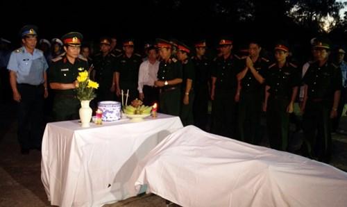 Các lực lượng quân đội, cơ quan chức năng có mặt làm nghi lễ tiễn đưa phi công Trần Quang Khải.