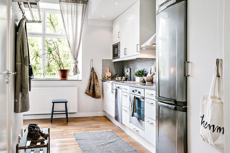 Căn bếp được bố trí ngay ở cửa sổ đầy nắng cho cảm giác ấm áp và sáng sủa.