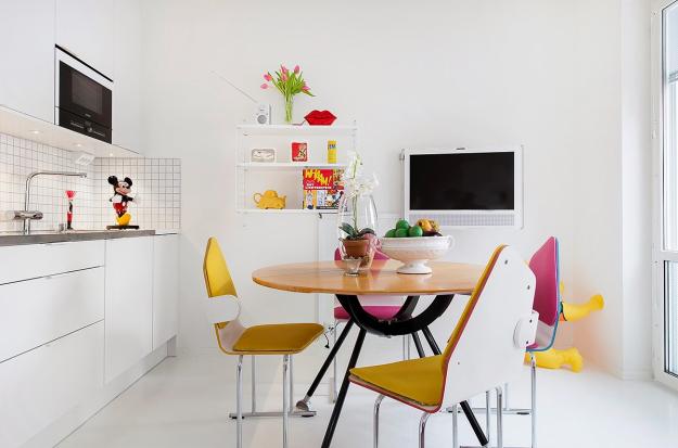 Bếp nấu được đặt sát tường rất gọn gàng và thanh lịch với hệ thống tủ gắn tường sát trần và sát sàn giúp mọi người thoải mái sắp xếp những dụng cụ nấu nướng, ăn uống hàng ngày một cách gọn gàng, sạch đẹp nhất.