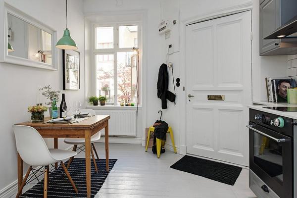 Bộ bàn ăn đơn giản nhưng vẫn đảm bảo phục vụ nhu cầu sử dụng của chủ căn hộ.