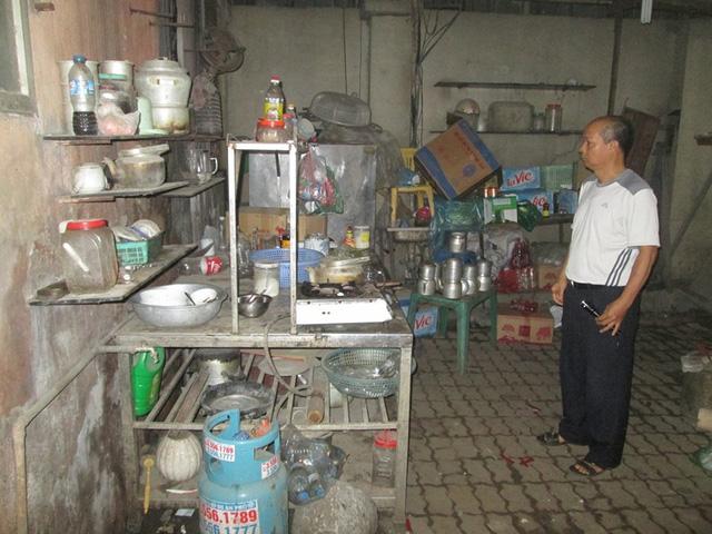 Bên trong lối thoát hiểm là cả một khu bếp. Ảnh: Ngọc Thi