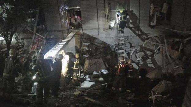 Thị trưởng TP Đài Nam xác nhận ít nhất 2 người chết tại chỗ khi một tòa nhà 17 tầng sụp đổ - Ảnh: AFP