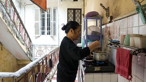 Các sinh hoạt như nấu nướng, tắm giặt hay vệ sinh cá nhân,… đều diễn ra tại khu vực chung vì căn nhà của họ không có khu phụ theo thiết kế nguyên bản.