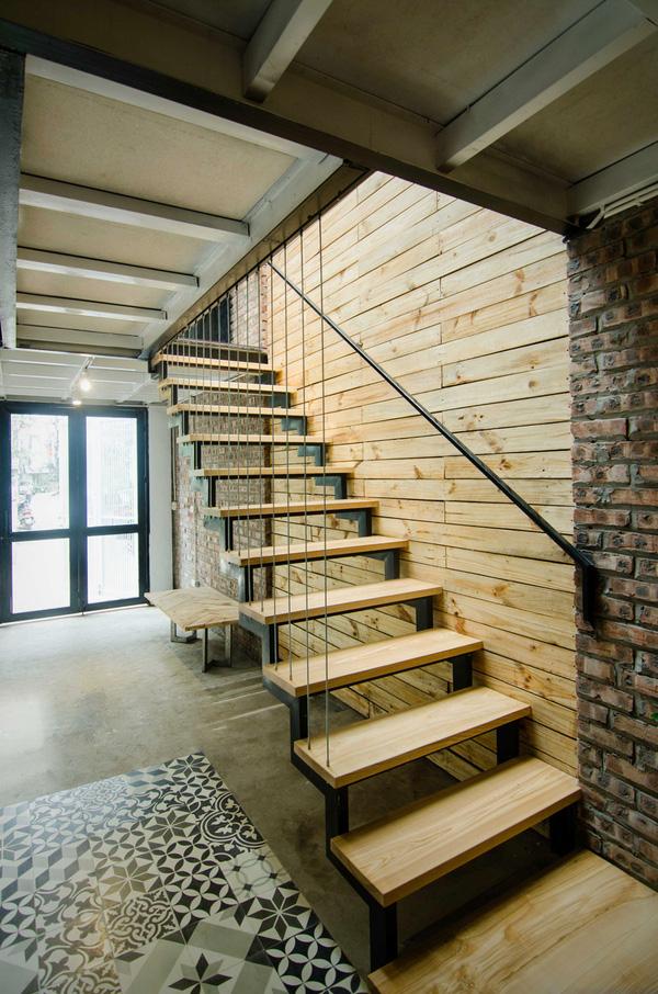 Những mảng tường còn nguyên màu gạch kết hợp với tường ốp gỗ tự nhiên khiến căn nhà mang nét độc đáo riêng mà hiếm nơi nào có được.